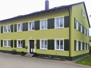 Lamm Fassade mit Fensterläden